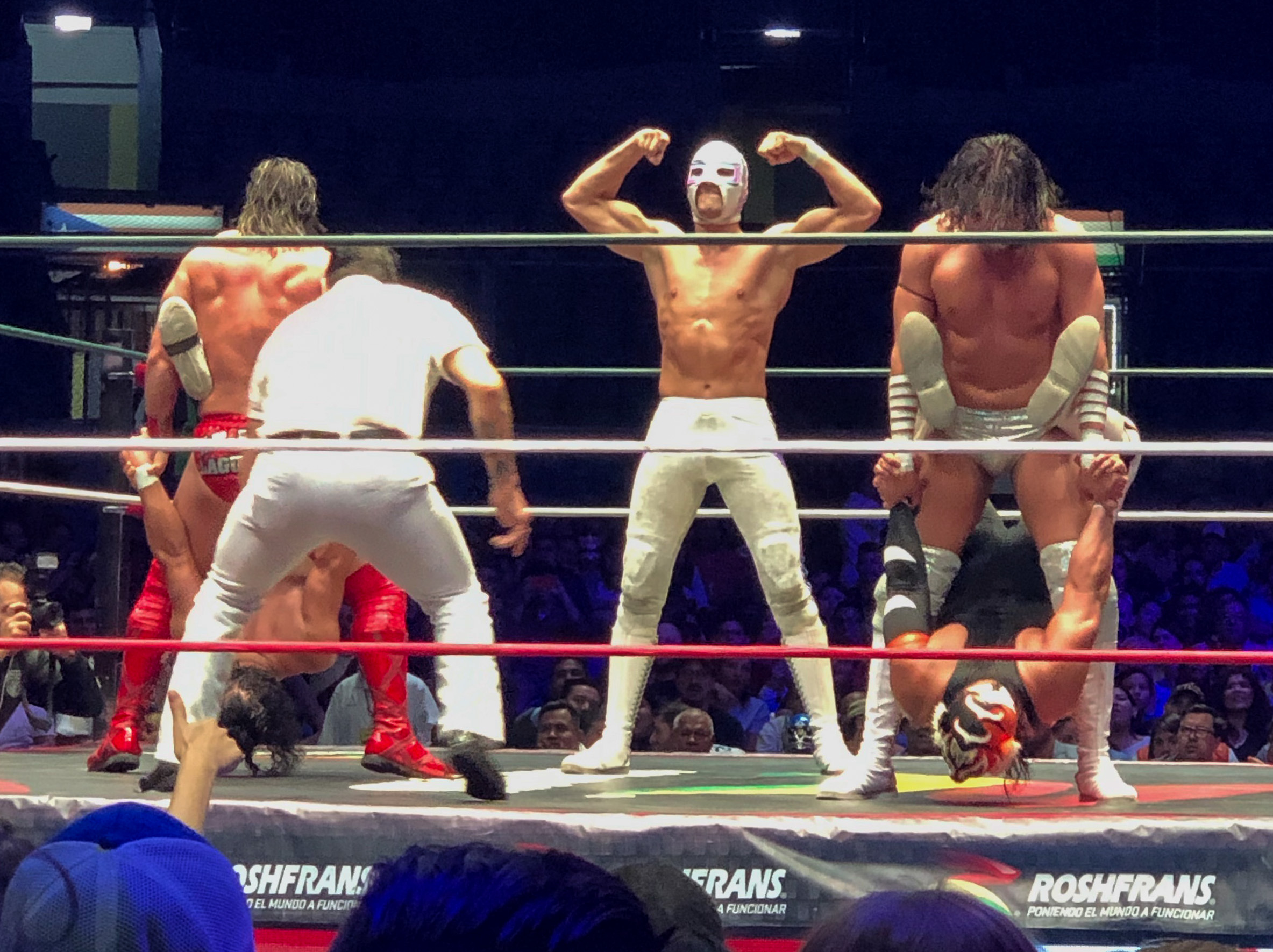 Luchador flexing at Lucho Libre Mexico City
